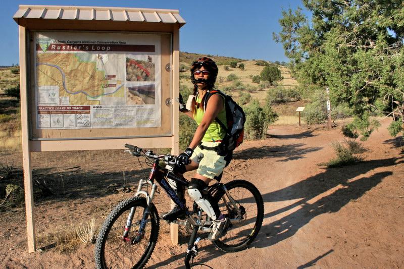 Susie à l'entrée de Rustler's Loop, le parcours de rêve pour les 7 à 77 ans